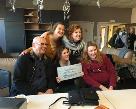 De winnaars (Kayla Delcroix en Twenco Margodt, vooraan) poseren met de jury (Bart Cafmeyer, Deniza Miftari en Karolien Verscheure).